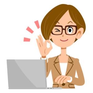 OKのサインを出すメガネをかけたビジネスウーマンとノートパソコン